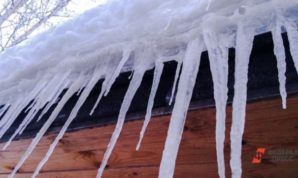 Прохожий стал жертвой рухнувшего с крыши льда.