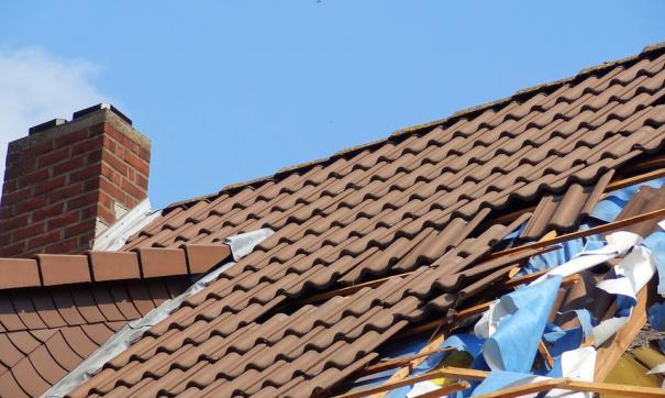 Шквалистый ветер оборвал линии электропередач и разрушил крыши домов
