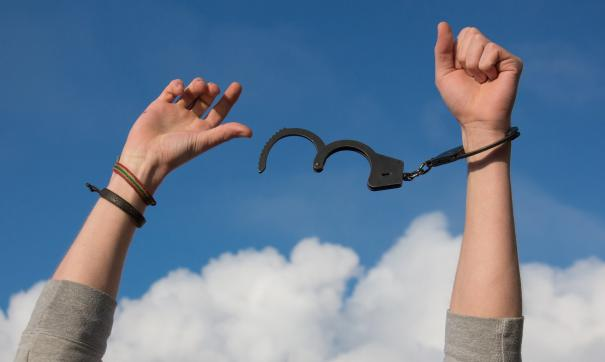 Полицейский США принуждал женщин к сексу в обмен на свободу