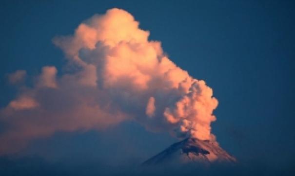 На Камчатке вулкан Шивелуч продолжает выбросы столбов пепла