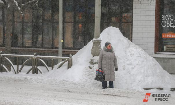 Угольные снежные кучи мешают водителям и вредят здоровью