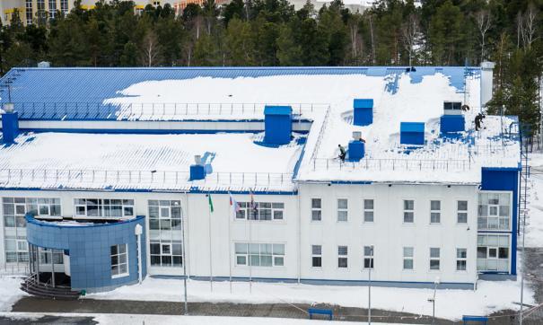 В СШОР №1 в Сургуте работники занималась чисткой снега с крыши без страховки