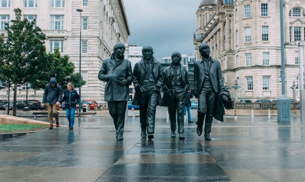 Сегодня в Британии пройдет аукцион с распродажей детских и школьных вещей музыкантов группы The Beatles