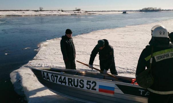 Во время переправы лодка перевернулась, и люди оказались в воде