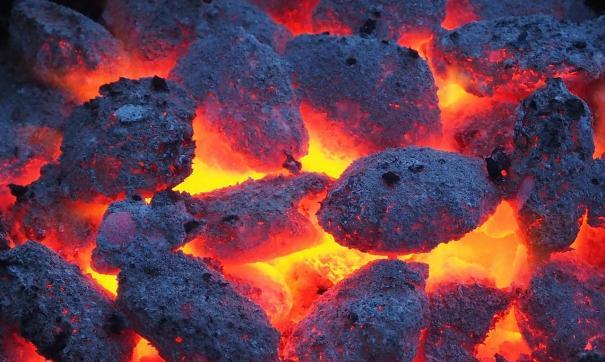 Остатки угля УК складировала возле помещения котельной