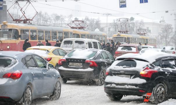 Снегопад парализовал движение автотранспорта