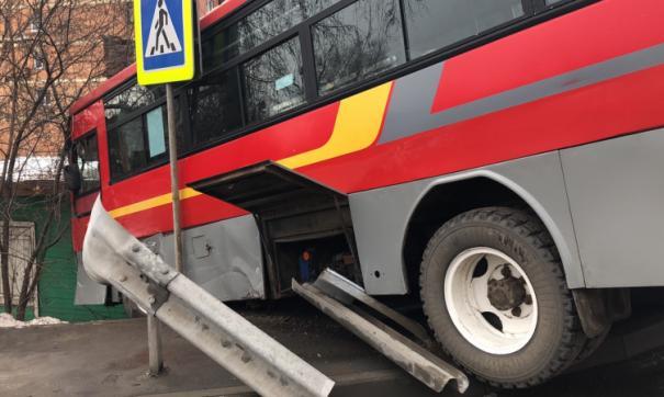 В результате столкновения автобус выехал в кювет
