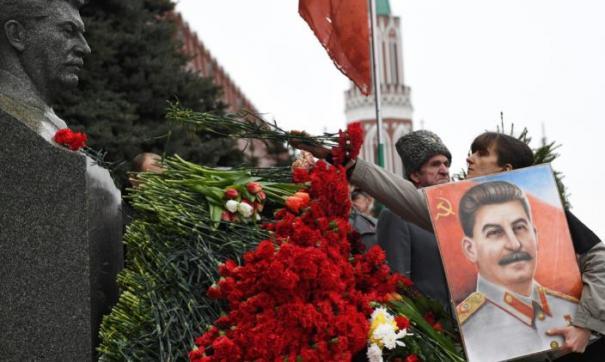 Сторонники Сталина до сих пор приносят цветы к месту захоронения у Кремлевской стены
