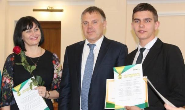 Возможно Сергей Петров (в центре) в последний раз награждал школьников в Ангарске