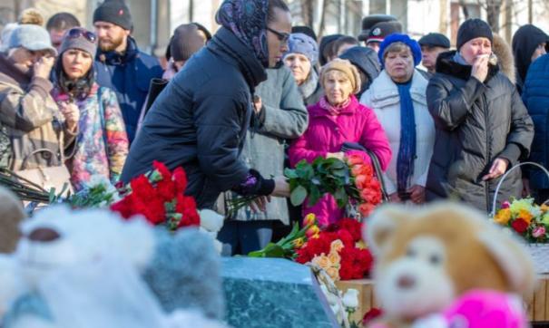 В Кемерове в годовщину трагедии горожане возложили цветы к стихийно возникшему мемориалу