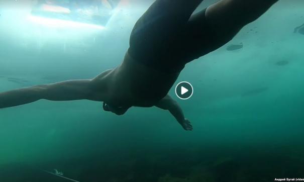 Иркутянин проплыл подо льдом Байкала без гидрокостюма