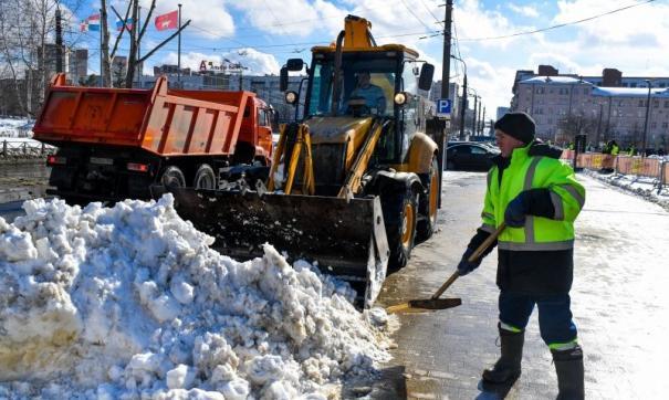 В Перми борются с наледью и снегом