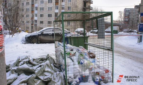 В Челябинске завалили мусором контейнерные площадки