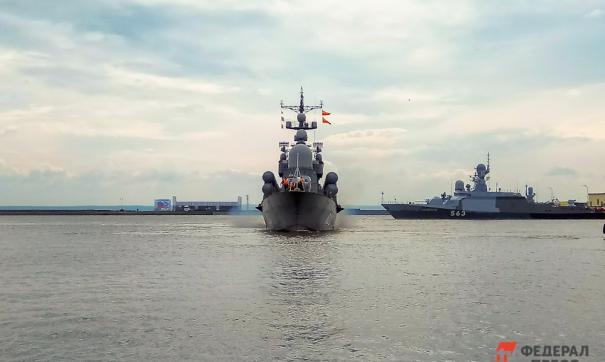 За действиями эсминца наблюдают «Василий Быков» и «Иван Хурс»