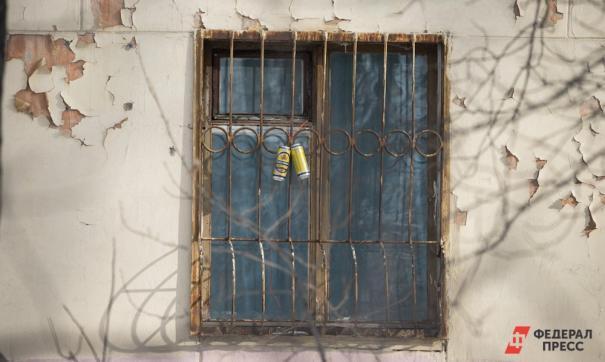 В Пскове девушка-сирота получила квартиру с плесенью и трещинами