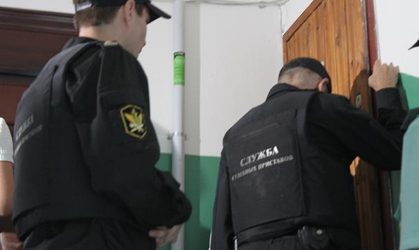 В Петербурге алиментщика заставили красить лестницы в военном комиссариате