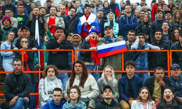 Петербургские фанаты футбола устроили драку и разбили стекло на стадионе