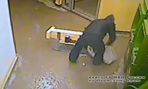 Инструменты для взлома банкомата грабитель привез на санях.