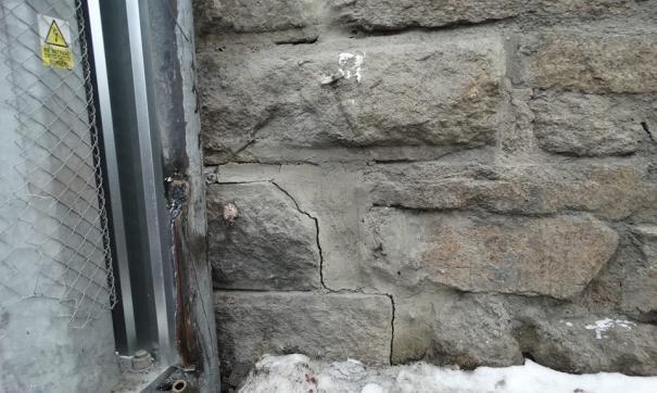 Трещины в несущей стене старинного здания не смутили ответственное ведомство
