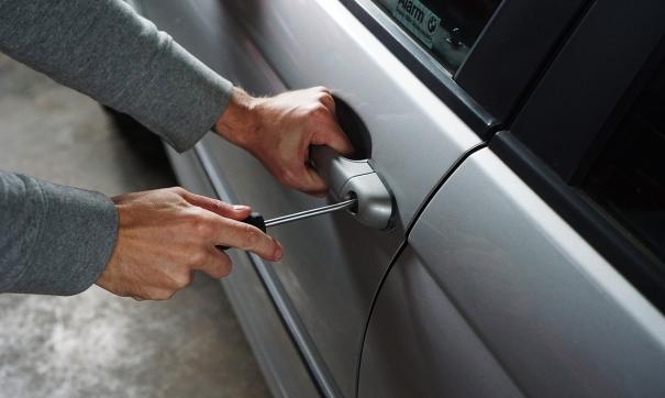 Свою жену угонщик оставил владельцу автомобиля