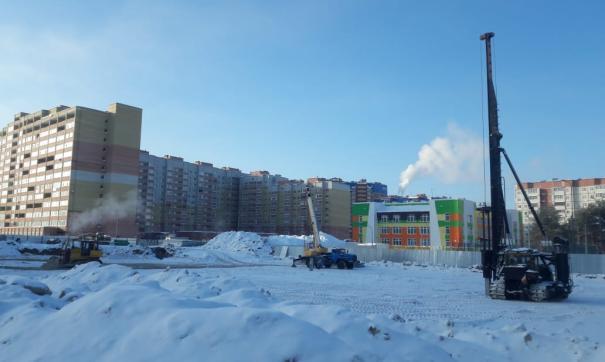 Школа «на болоте» лишает окрестных жителей парковок