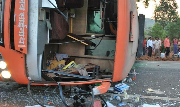 28 человек погибло , 22 доставлены в больницу из перевернувшегося туристического автобуса на острове Мадейра.