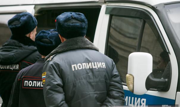 Полицейские залезают в душегубку