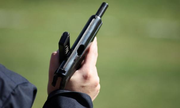 Полицейский с пистолетом у руках
