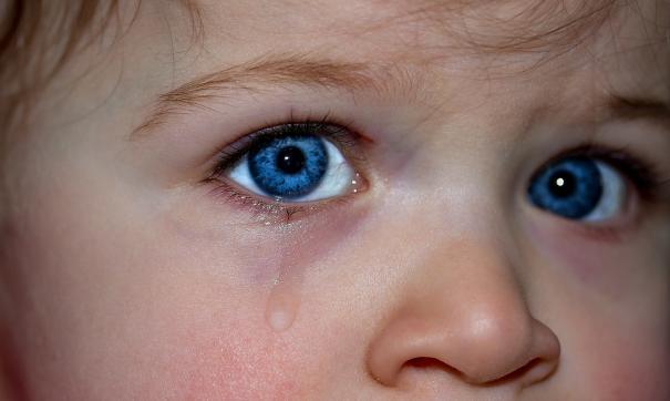 Маленькая девочка выпала из окна в Магаданской области