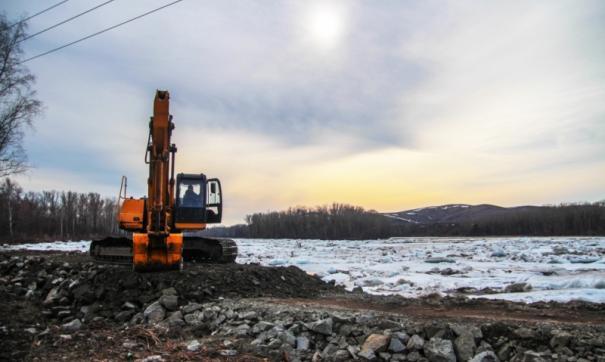На реках специалисты вскрывают лед и укрепляют русла