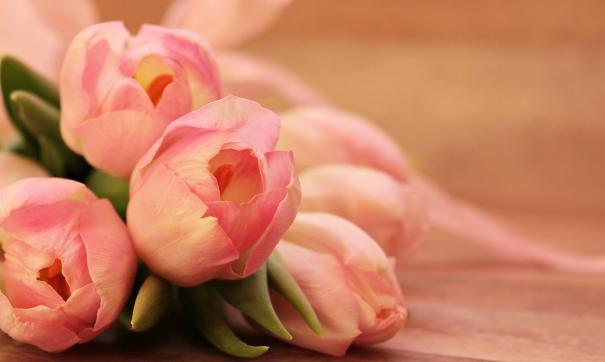Молодой маме чиновники вручили подарок и букет цветов