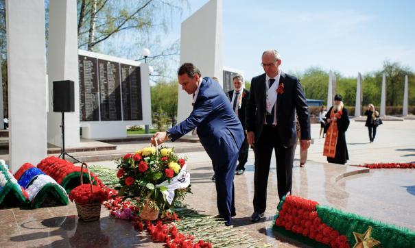 Ветераны Главтюменнефтегаза и сотрудники «РН-Уватнефтегаза» возложили цветы к мемориалу «Вечный огонь»