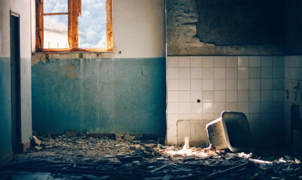 Девочек из замусоренной квартиры в Ставрополе выписали из больницы и передали родственникам