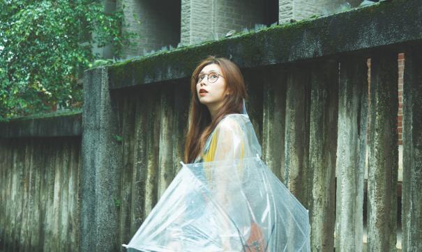 Платье должно быть из бумаги, пластика или полиэтилена