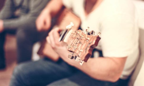 На квартирнике произведения прошлого века исполнят под гитару и аккордеон