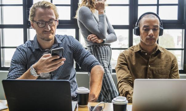 В среднем мужчины зарабатывают на 15 тысяч больше женщин, занятых в тех же сферах