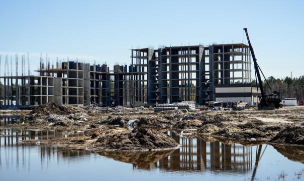С марта прошлого года темпы строительства в четырех жилых комплексах Сургута значительно просели