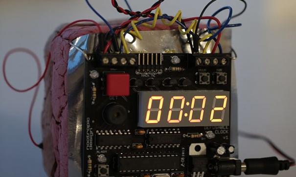 Бомба выглядит как «жилет Вассермана, только с проводами».