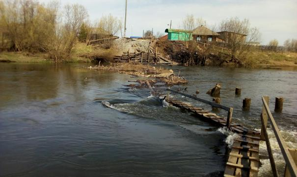 В селе Филькино в Серовском районе из-за разлива реки снесло мост.