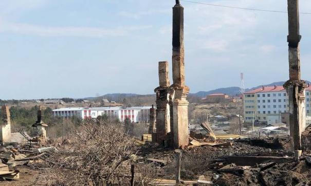 Пожар уничтожил восемь домов и много хозяйственных построек