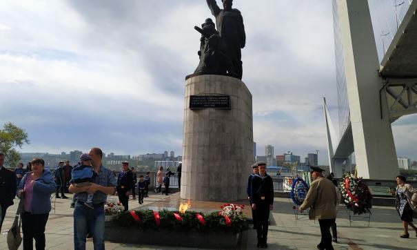 Празднование Дня Победы началось утром с возложения цветов к памятникам и Вечному огню