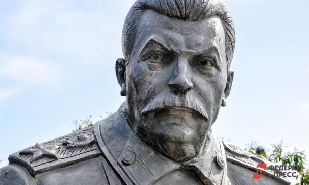 Памятник установлен на народные пожертвования и средства обкома КПРФ