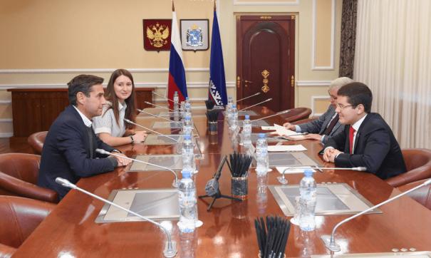Губернатор Ямала Дмитрий Артюхов и представитель компании Total