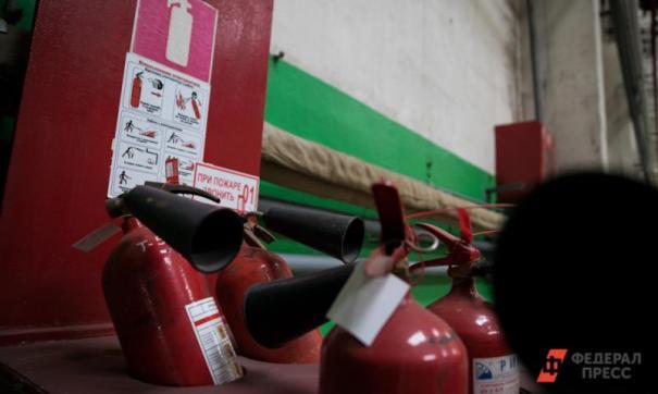 Пожарные работают на месте.