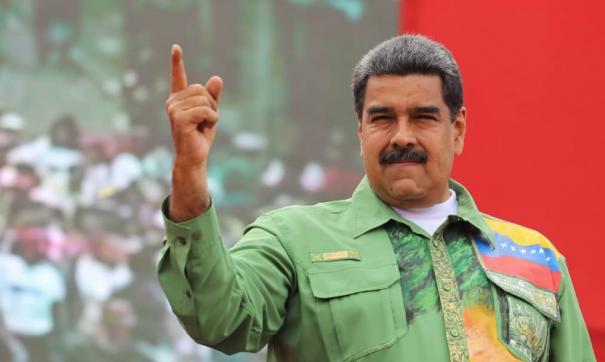 Николас Мадуро поблагодарил основателя Pink Floyd за поддержку Венесуэлы и подарил ему гитару