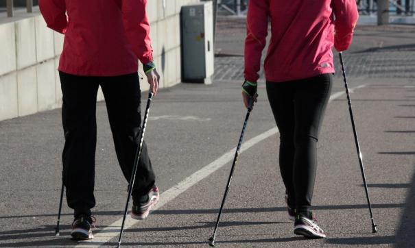 Сахалинцы занимаются скандинавской ходьбой, бегом, волейболом