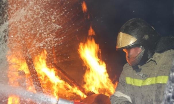 Пожарные уже несколько часов борются с огнем
