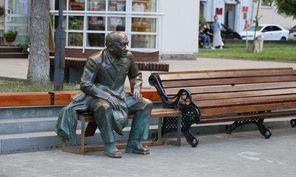 На площади установлен памятник актеру