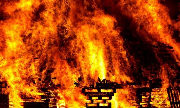 В Тюмени сгорели дом и три машины