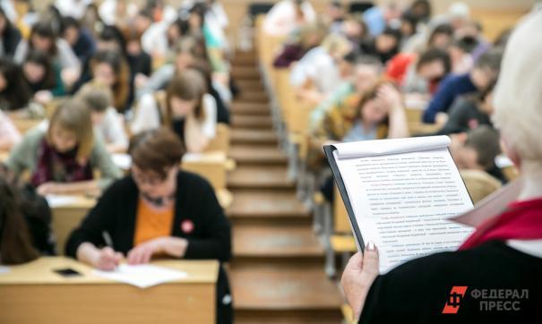 Преподаватель выставила в экзаменационные листы положительные оценки за экзамены и зачеты